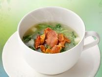 [今月のおすすめスープ] <br>青豆のブイヨンスープ <br>生ハムチップとご一緒に